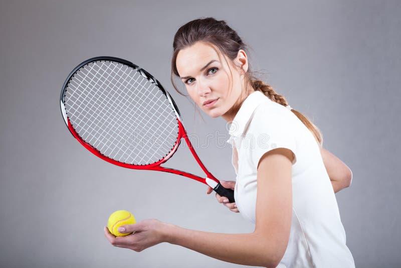 Skupiająca się kobieta bawić się tenisa zdjęcie royalty free