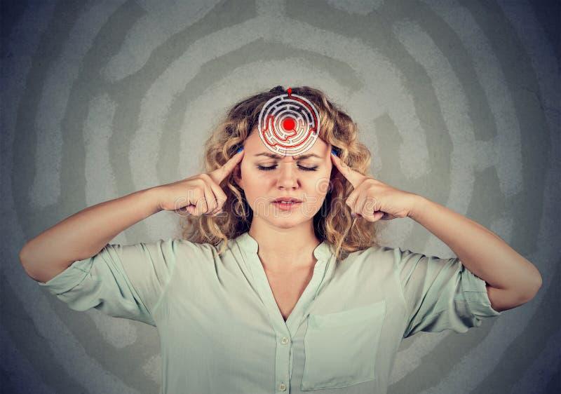 Skupiająca się kobieta w labiryncie umysł zdjęcia stock