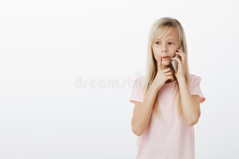 Skupiająca się mądrze córka dzwoni mamy, myśleć co rozkazywać dla gościa restauracji Skoncentrowana rozważna młoda dziewczyna, ro zdjęcie royalty free