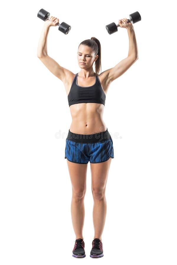 Skupiający się gym kobiety udźwigu ciężary robi naramiennym i tylnym ćwiczeniom z rozszerzonymi rękami zdjęcie stock