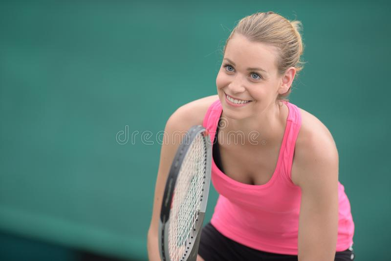 Skupiający się młody żeński gracz w tenisa na tenisowym sądzie obrazy royalty free