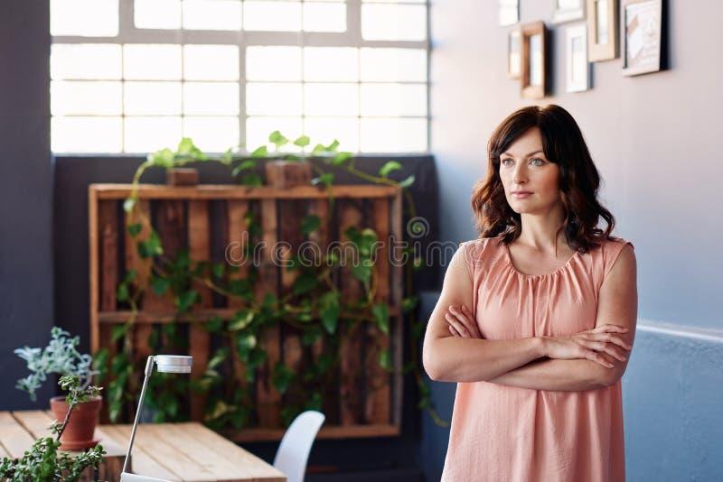 Skupiający się młody żeński przedsiębiorca z wzrokiem sukces fotografia royalty free