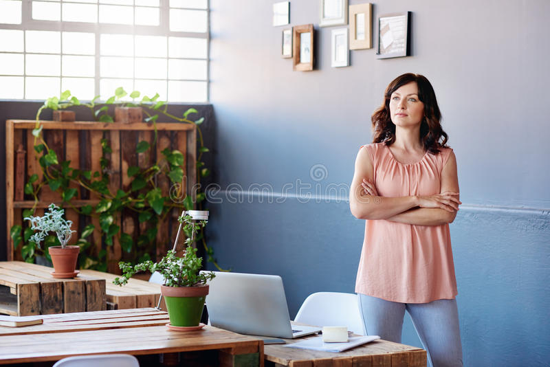 Skupiający się młody bizneswoman z wzrokiem sukces obrazy royalty free