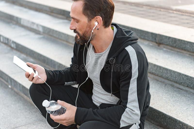 Skupiający się sportowiec w słuchawkach fotografia royalty free