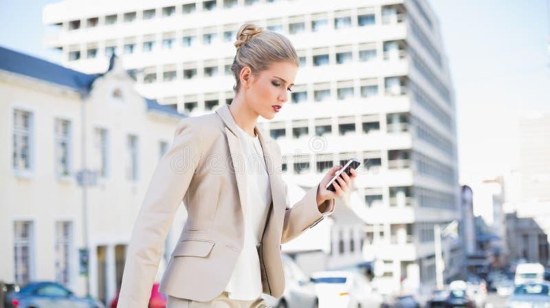 Skupiający się wspaniały bizneswomanu wysylanie sms zdjęcie royalty free