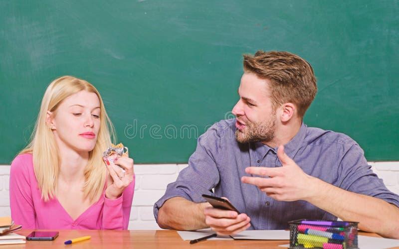 Skupiaj?cy si? na egzaminie Studencki ?ycie Lekcja i blackboard Nauczyciela dzie? nowoczesnej szko?y Wiedza Dzie? Para m??czyzna  obrazy royalty free