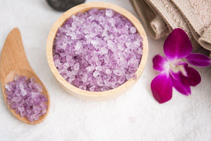 Skurar aromatiskt salt för Spa tillbehör och handduken fotografering för bildbyråer