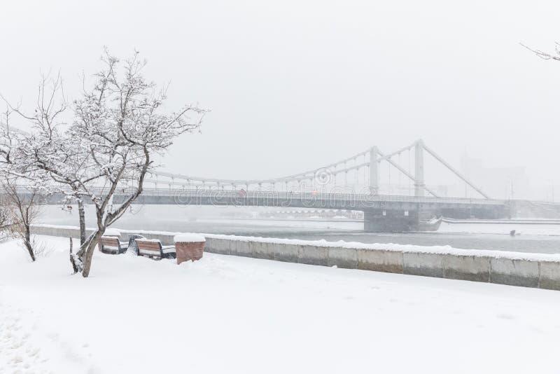 Skurkrollsnowfall i Moscow Snö-täckt vägar och Krymsky bro Kollaps av offentlig service royaltyfri bild