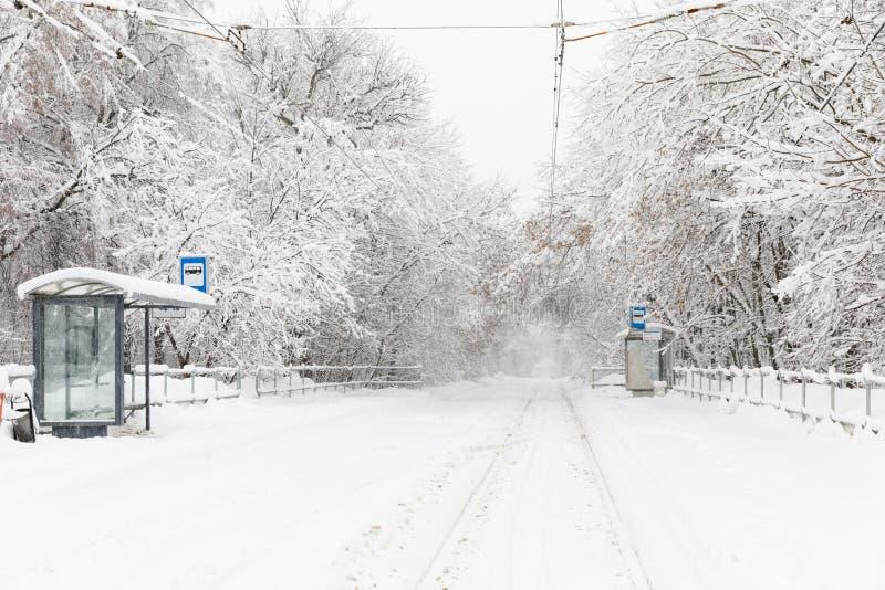 Skurkrollsnowfall i Moscow Snö-täckte vägar och stupade träd under ett snöfall Kollaps av kollektivtrafik fotografering för bildbyråer