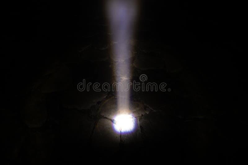 Skutek oświetlenie od latarki błyszczał na kamiennym przejściu w mgłowej nocy zdjęcie royalty free