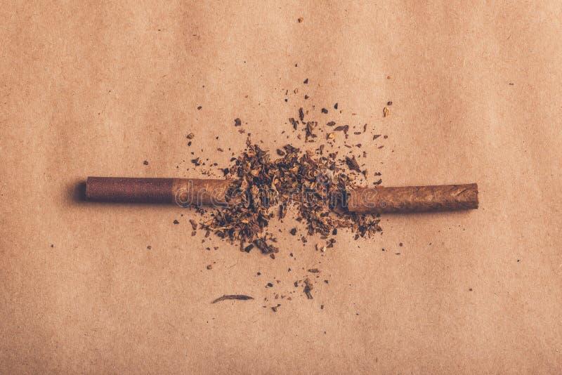 Skwitowany dymienia pojęcie, łamający papierosowy odgórny widok obraz stock