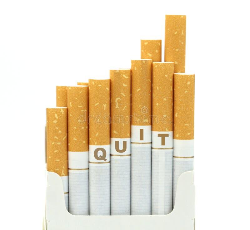 Skwitowany dymienie, papierosy w paczce, odizolowywającej na białym tle zdjęcie royalty free