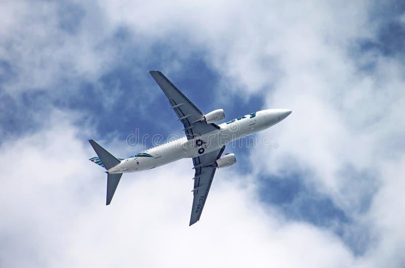 Sky Airlines Boeing 737-800 está volando sobre Antalya, Turquía fotografía de archivo