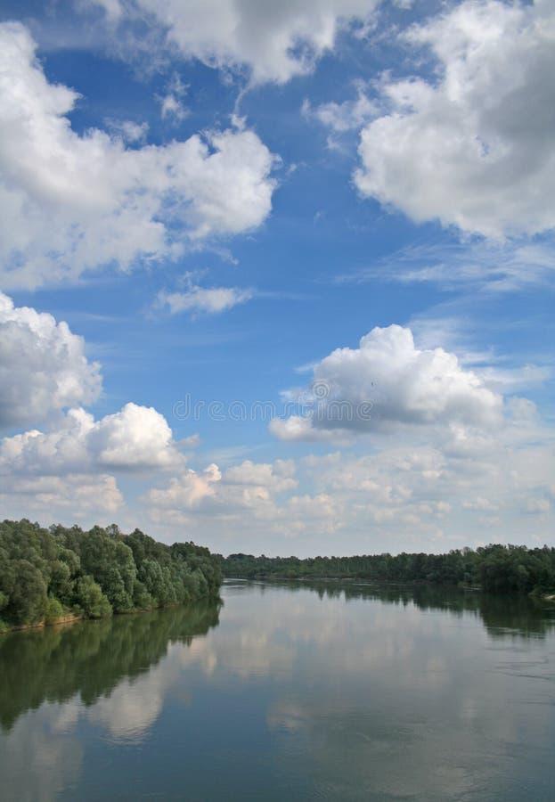 sky för beautifulldravaflod arkivfoto