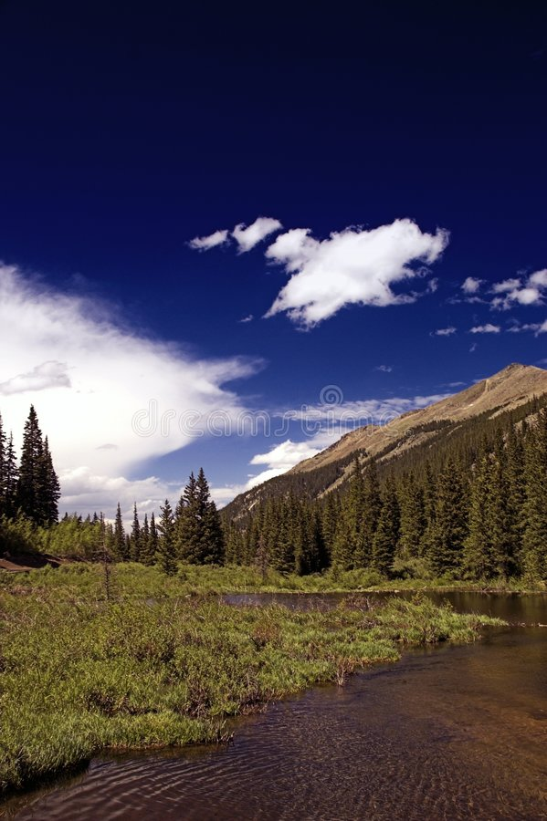 sky för colorado bergflod arkivfoto
