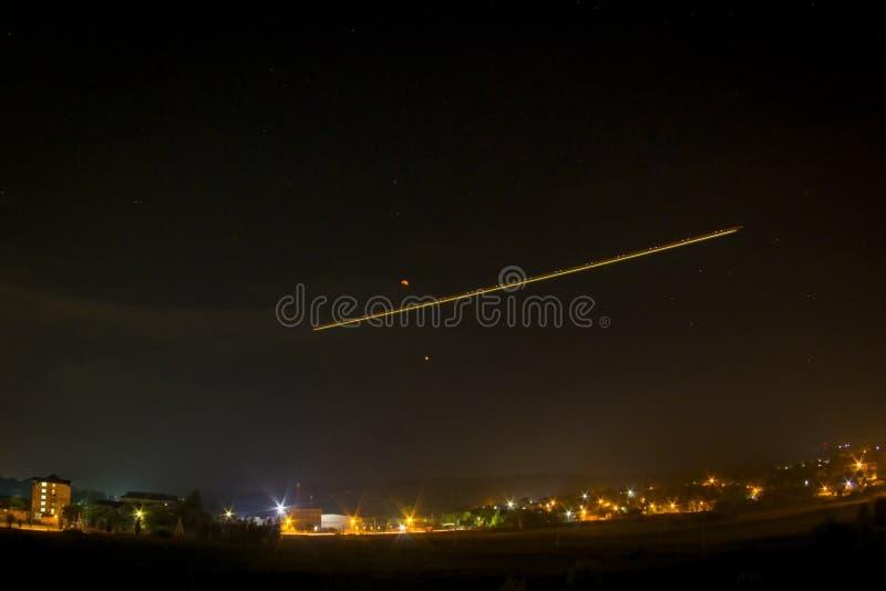 sky för natt för abstraktionillustrationblixt Måne? Flygplanljus och fördärvar royaltyfri bild