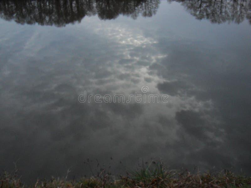 Sky i bevattna arkivfoto