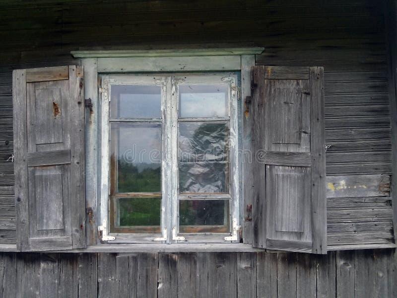 Sky i fönstret arkivfoton
