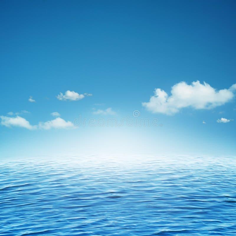Sky och hav. arkivbild