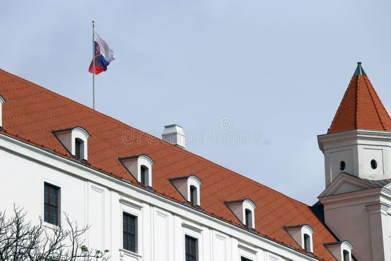 sky slovakian tre för sidan för taket för den dynamiska lampan för flaggan för det bratislava slottet towers gammal föreställd ny fotografering för bildbyråer