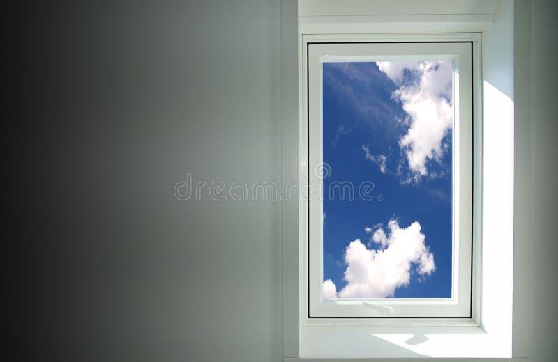 sky till fönstret fotografering för bildbyråer