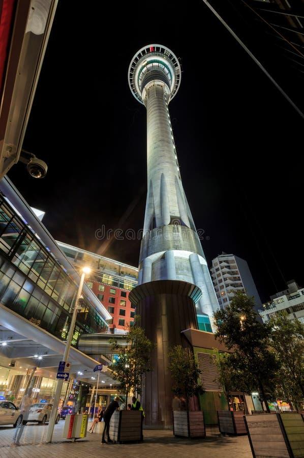 Sky Tower à Auckland, Nouvelle-Zélande, photographié la nuit photographie stock libre de droits