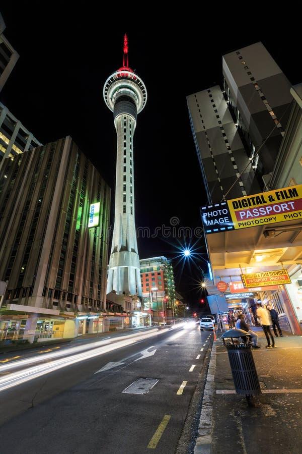 Sky Tower, Auckland Nouvelle-Zélande, la nuit Vu du niveau de rue images libres de droits