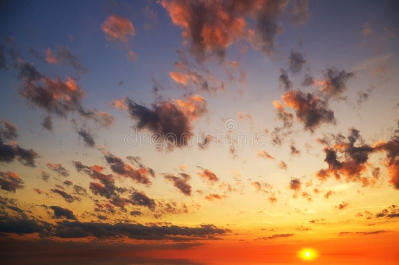 Skybakgrund på soluppgång arkivfoto