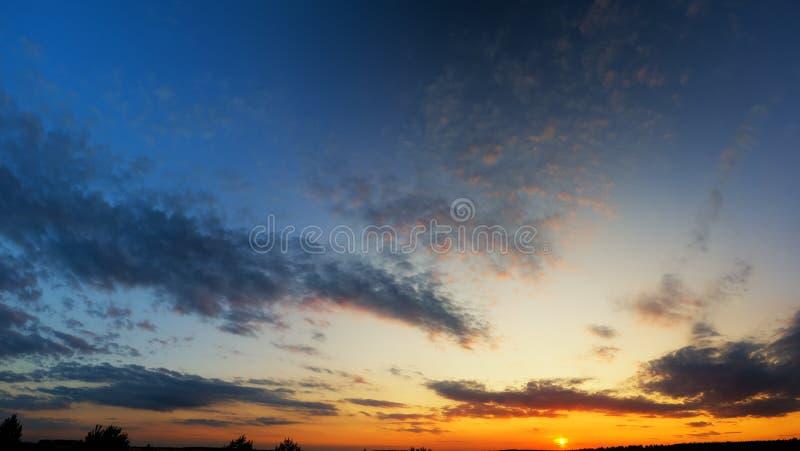 Skybakgrund på soluppgång royaltyfri bild