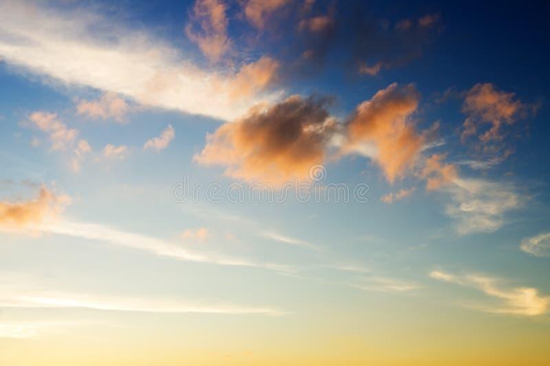 Skybakgrund på soluppgång arkivbilder