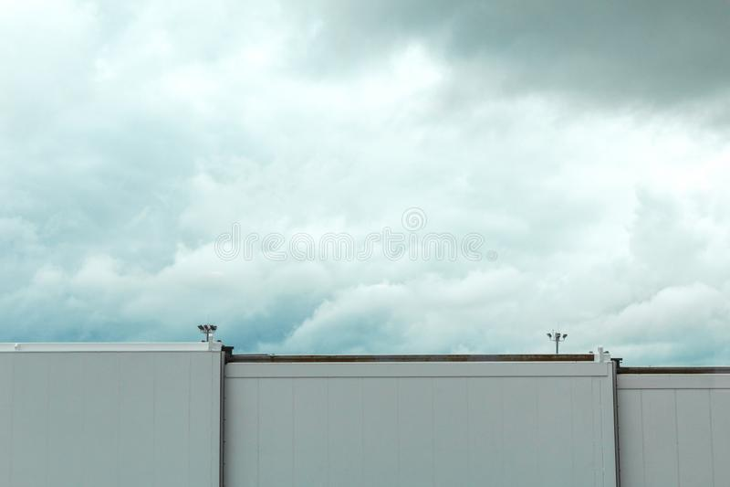 Skybridge del aeropuerto de Boston delante de las nubes de tormenta fotos de archivo libres de regalías