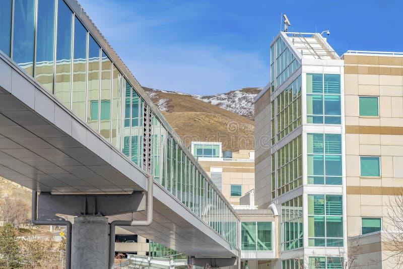 Skybridge met een modern gebouw met berg en blauwe hemelachtergrond die wordt verbonden royalty-vrije stock afbeeldingen