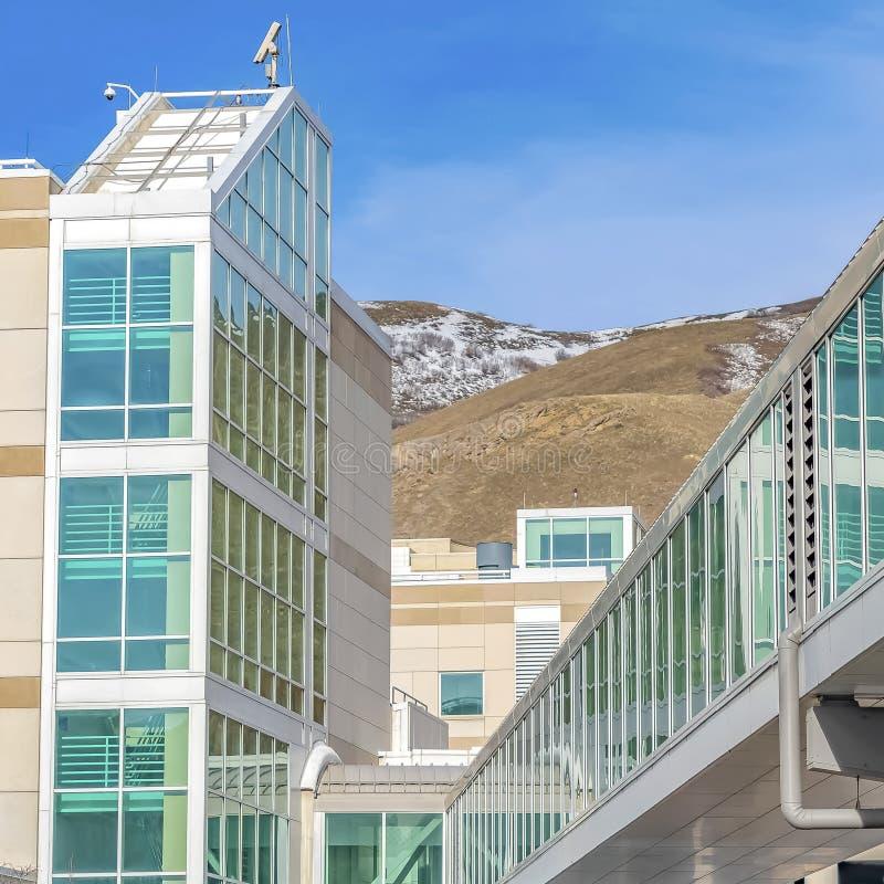 Skybridge schloss an ein modernes Gebäude an Gebirgs- und des blauen Himmelshintergrund an lizenzfreies stockbild