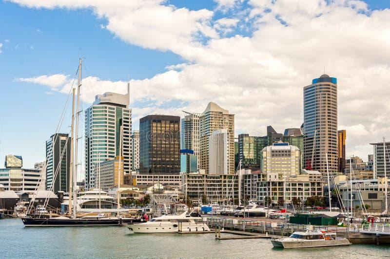 Skycrapers e porto di Auckland fotografia stock