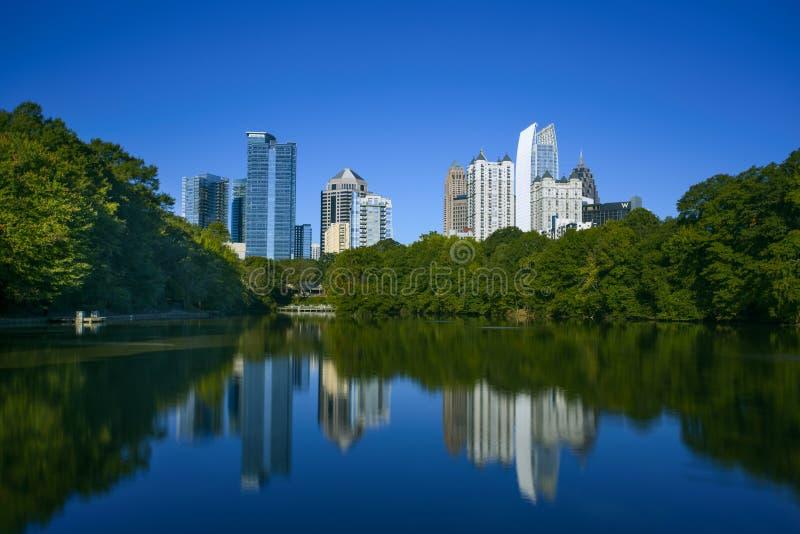 Skycrapper en Atlanta céntrica con la reflexión imagen de archivo