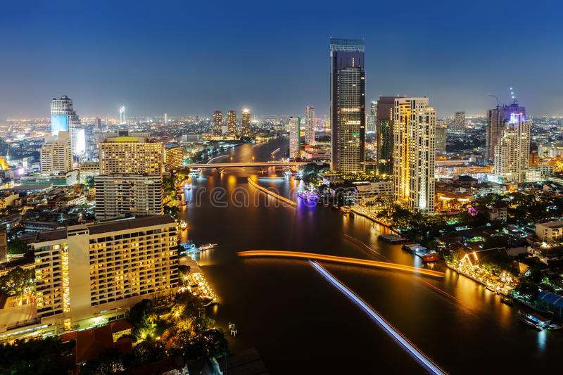 Skycrappermening van de stad van Bangkok met rive bij nacht stock afbeelding