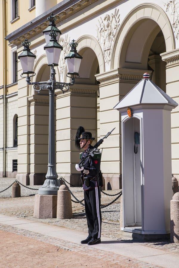 Skydd av Royal Palace i Oslo fotografering för bildbyråer
