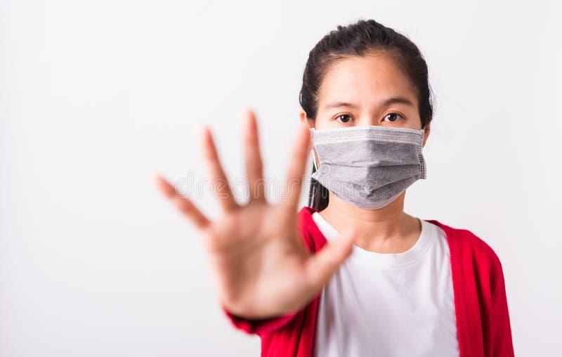 Skydd mot koronavirus eller filterdamm, luftförorening som ger handen på handflatan eller stopp royaltyfria foton