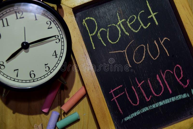 Skydda din framtid på färgrikt handskrivet för uttryck på den svart tavlan arkivfoto