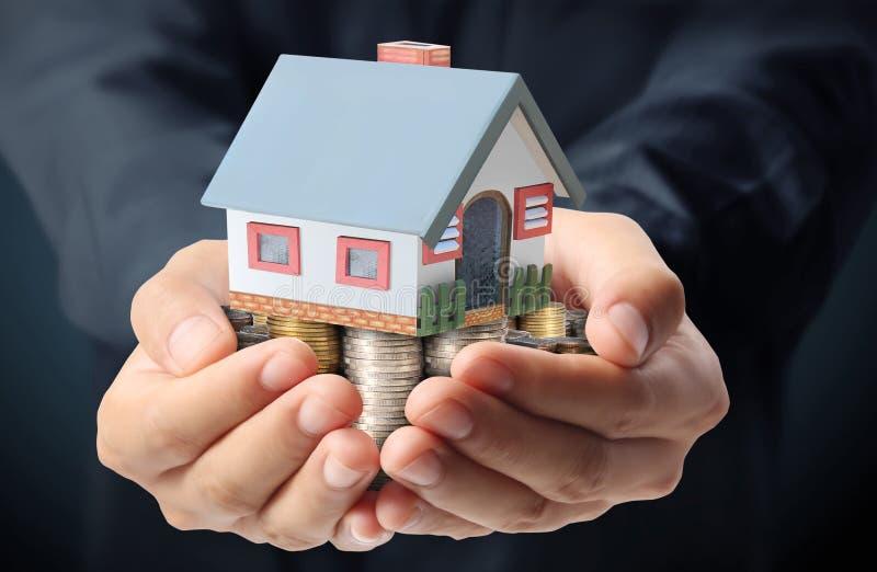 Skydda ditt hus i hand stock illustrationer