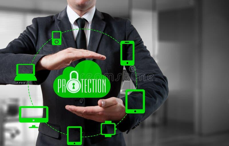 Skydda för informationsdata om molnet begreppet Säkerhet och säkerhet av molndata arkivfoto