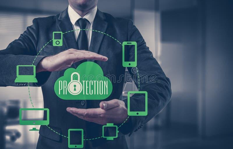 Skydda för informationsdata om molnet begreppet Säkerhet och säkerhet av molndata royaltyfria bilder