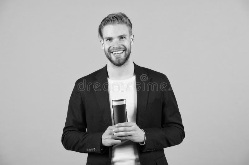 Skydda hår Buteljerar stilfulla frisyrhåll för man hygienisk bakgrund för grå färger för produkten för håromsorg Svagare hår, när arkivfoto