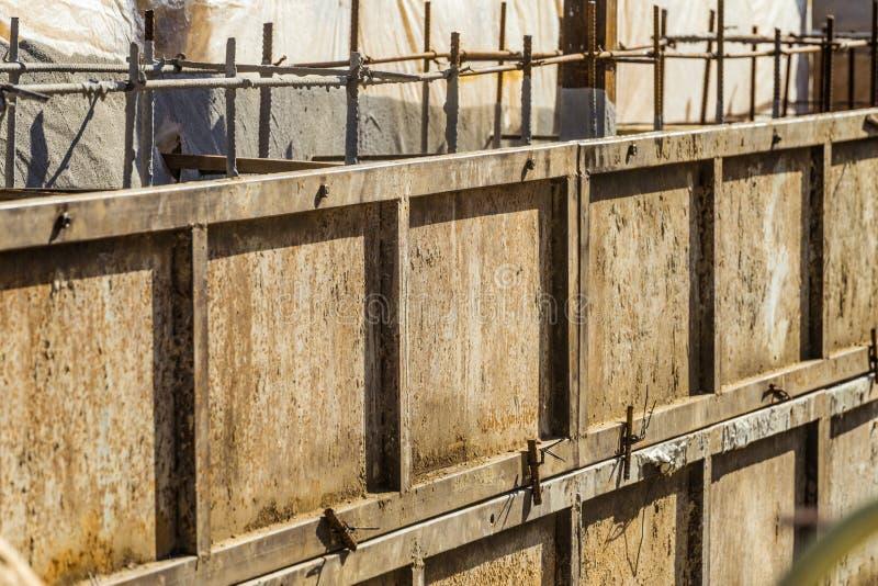 Skyddad stålformwork för konstruktionen av monolitiska strukturer för förstärkt betong arkivfoto