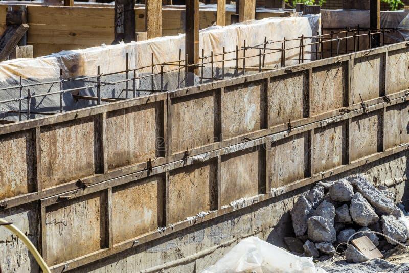 Skyddad st?lformwork f?r konstruktionen av monolitiska strukturer f?r f?rst?rkt betong arkivfoto