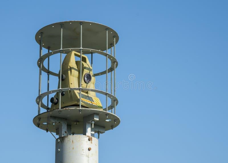 Skyddad utomhus- säkerhetskamera mot en blå himmel opy utrymme royaltyfri fotografi