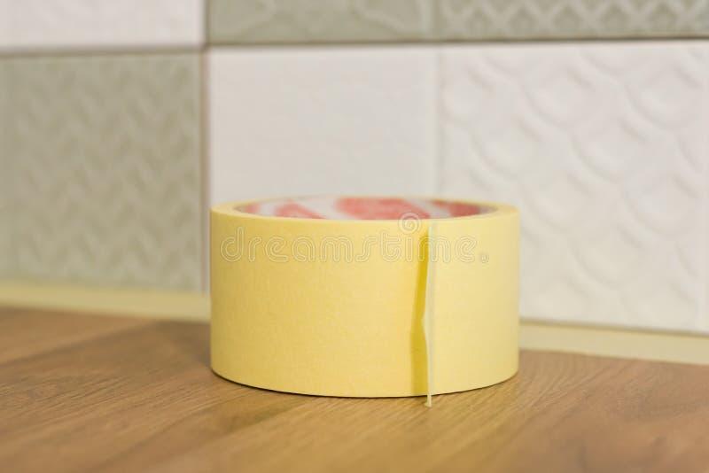 Skyddande countertop för arbetare i kök med maskeringstejpen, innan att starta konstruktionsreparationer med keramiska tegelplatt royaltyfria bilder