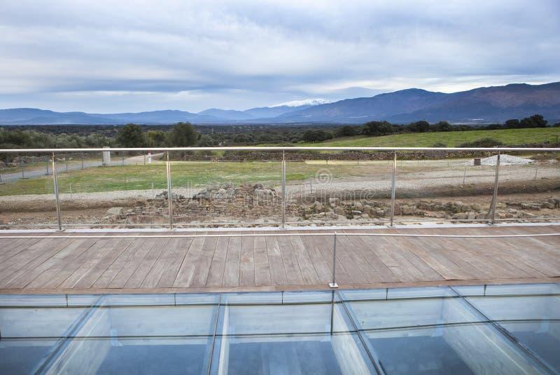 Skyddande glass golv på den romerska platsen av Caparra, Ceceres, Spanien royaltyfria bilder