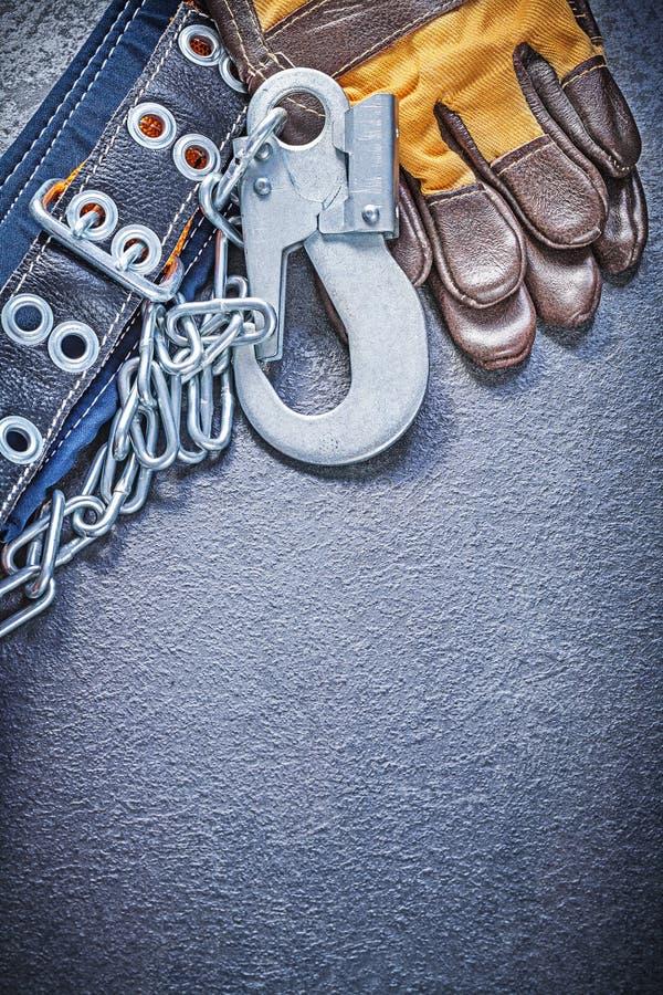 Skyddande handskar för konstruktionssäkerhetssele på svart backgroun arkivbilder