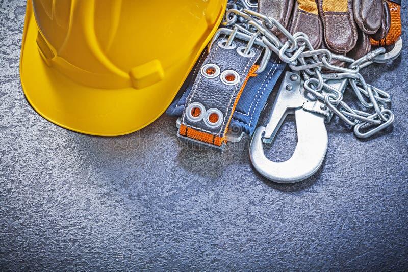 Skyddande handskar för konstruktionssäkerhetssele som bygger på hjälmen arkivbilder